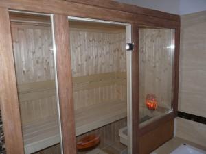 Front sauny z dużymi szkleniami szybą termoizolacyjną i listwami merbau